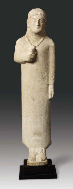 Grande statuette représentant une koré. Elle...