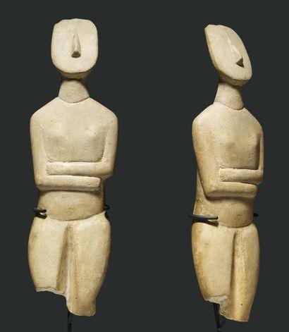 Idole canonique de type Spédos. Statuette représentant une femme stylisée debout,...