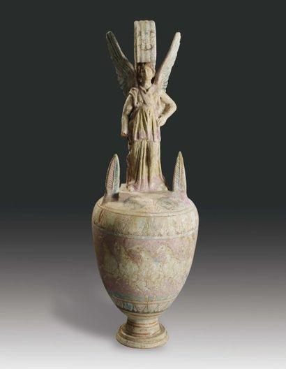 Vase dont la panse est peinte d'une Victoire...