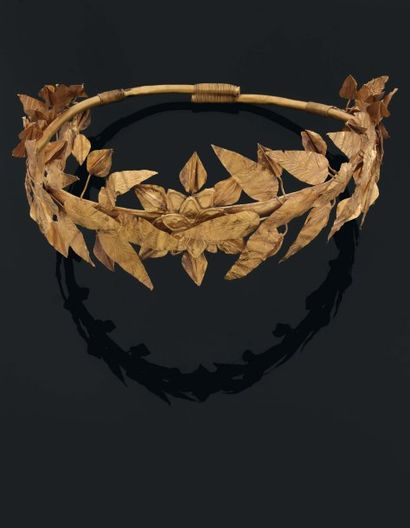 Rare couronne formée d'un serre-tête auquel...
