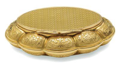 ORIGINALE TABATIÈRE de forme ovale en or...