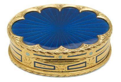 BOîTE à PILULES de forme ovale en or émaillé...