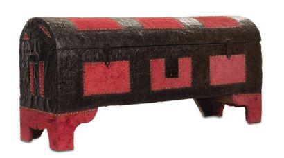 Coffre en bois garni de plaques de métal...