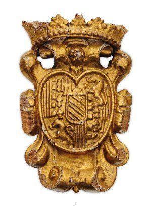Ecu armorié en bois sculpté et doré. Posé...
