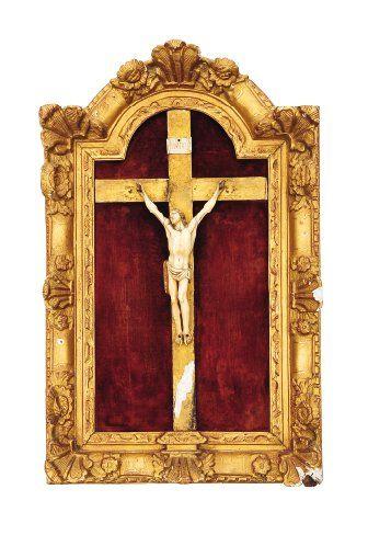 Christ en ivoire dans un cadre à ressauts...
