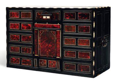 Cabinet en placage d'écaille, ébène et ivoire...