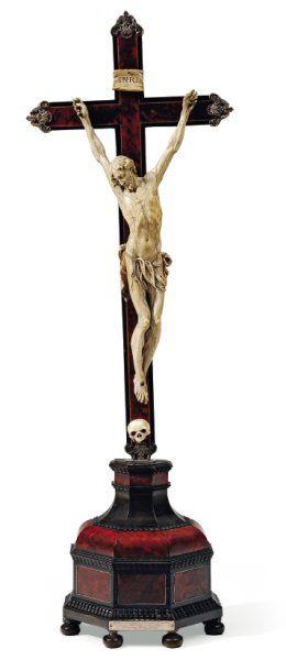 Très important crucifix avec Christ mort...
