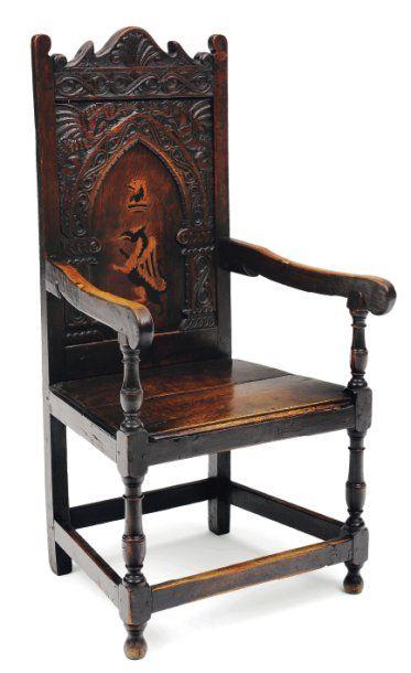 Chaise à bras en chêne teinté. Dossier à...