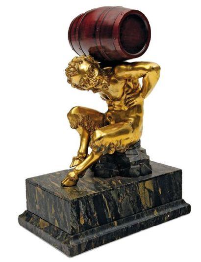 Faune en bronze doré portant sur son dos...