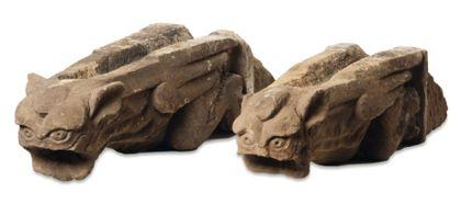 Paire de gargouilles en pierre sculptée,...