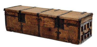 Important coffre en chêne à pentures en fer...
