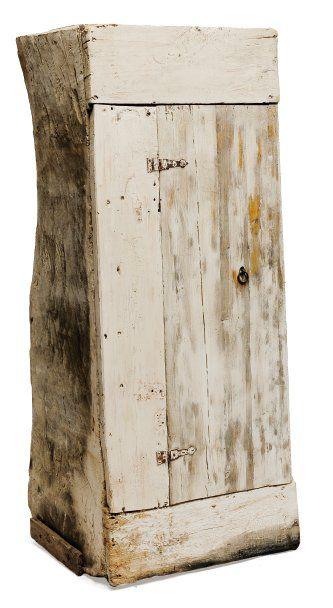 Petite armoire, le corps constitué d'un tronc...