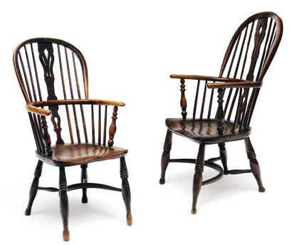 Paire de fauteuils en frêne. Dossier en fer...