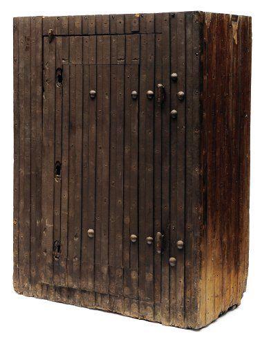Armoire forte en bois rainuré ouvrant à une...