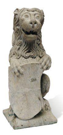 Lion héraldique tenant un blason. Sculpture...