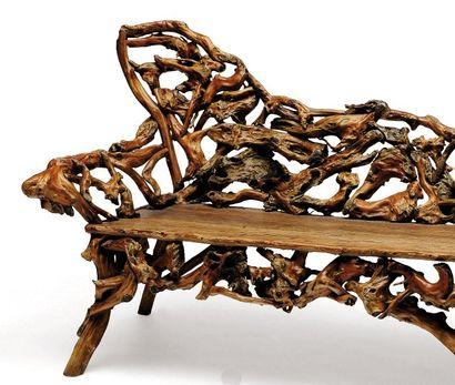 Banc en racines et branches noueuses assemblées....