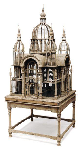 Importante cage à oiseaux en forme de temple...