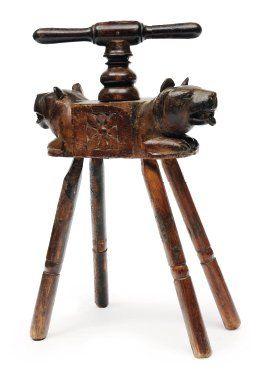 Petit pressoir en bois sculpté de têtes d'ours...