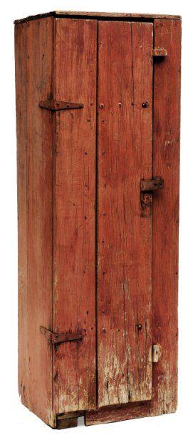Petite armoire en planches de pin assemblées...