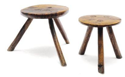 Deux tabourets en bois naturel à piétement...