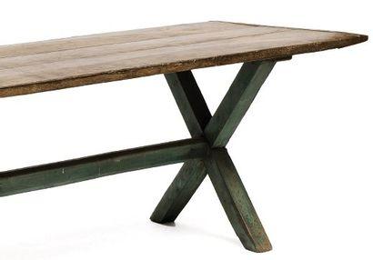 Table à plateau rectangulaire reposant sur...