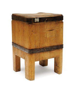 Billot en bois clair de forme carrée à bords...