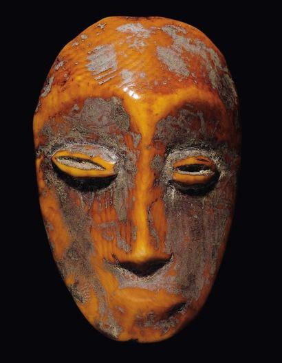 MASQUE LEGA Congo, Os La face concave surmontée...