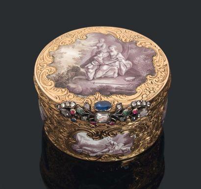 PETITE TABATIÈRE de forme ovale en or entièrement...