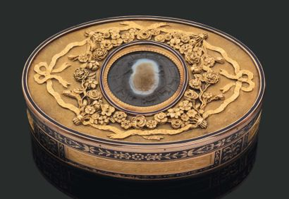 TABATIÈRE ovale en or émaillé de frises de...