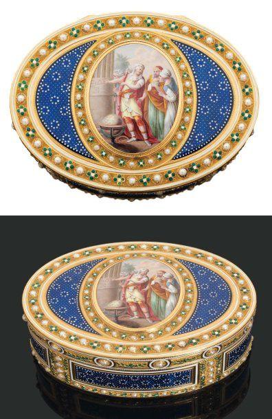 TABATIÈRE de forme ovale en or émaillé. Le...