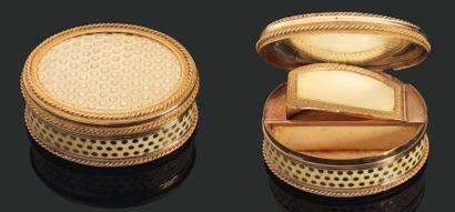 BOÎTE à MOUCHE ovale en ivoire piqueté d'or...