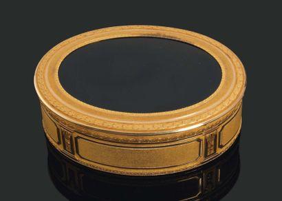 GRANDE TABATIÈRE de forme ovale en or finement...