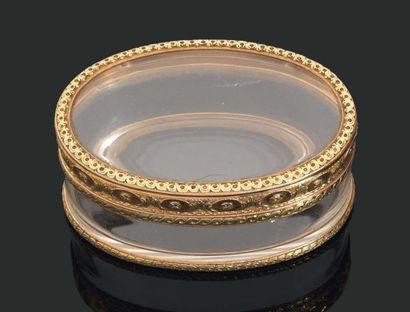 Petite TABATIÈRE de forme ovale en cristal...
