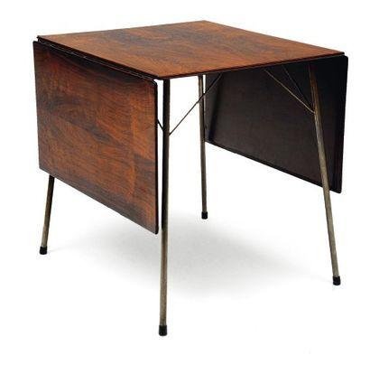 ARNE JACOBSEN (1902-1971) Table de cuisine à plateau en palissandre fl anqué de deux...