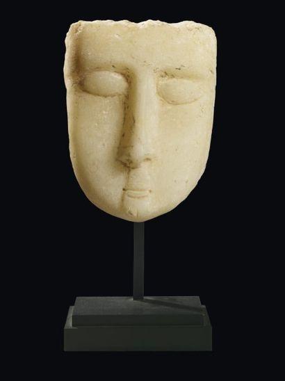 Stèle iconique sculptée d'un visage de face...