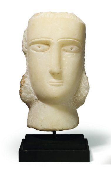Stèle iconique sculptée d'un visage de femme...
