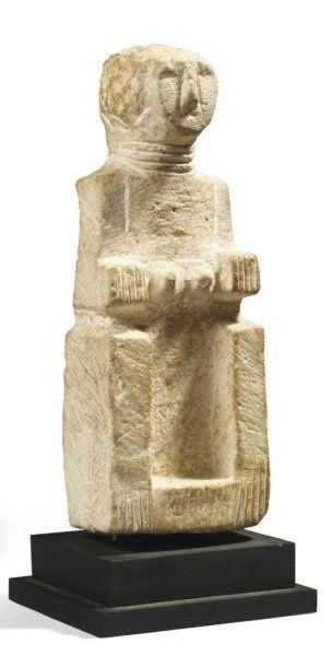 Statuette représentant un personnage assis...