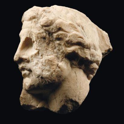 Haut relief sculpté d'une tête féminine,...