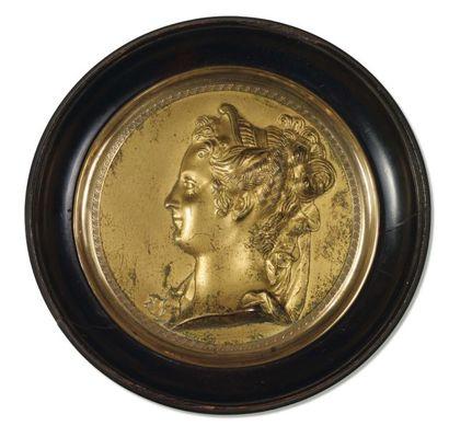 MÉDAILLON ROND en bronze ciselé et doré figurant...
