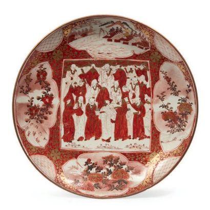 PLAT en porcelaine décorée en émaux rouges...