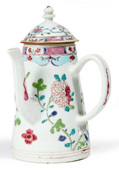 CAFETIÈRE en porcelaine décorée en émaux...