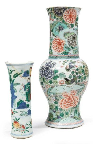VASE DE FORME «YANYAN» en porcelaine décorée...