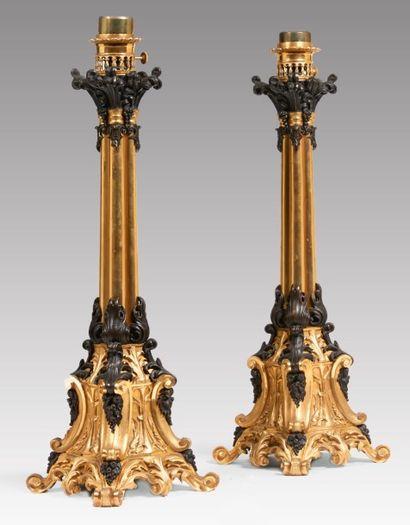 PAIRE DE LAMPES À HUILE en bronze ciselé,...