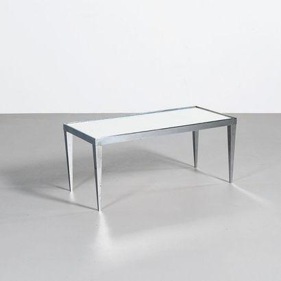 JACQUES ADNET (1909-1984) France Table basse Acier nickelé et verre miroir Vers 1930...