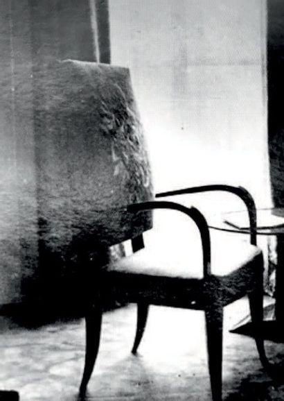 ÉMILE JACQUES RUHLMANN (1879-1933) France Fauteuil modèle «Cappiello» Laque corail...