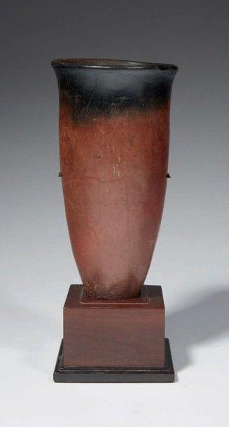 VASE BLACK TOP. Vase tronconique à la lèvre...