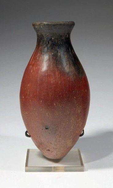 VASE BLACK TOP. Vase à corps ovoïde surmonté...