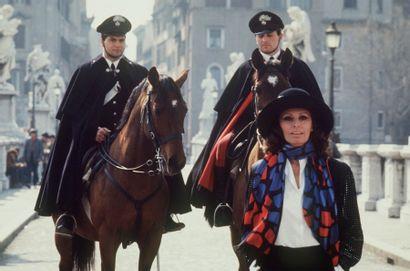 AGENCE CROMA ADRIANO BARTOLONI (NÉ EN 1939) Sofia Loren et les Carabinieri, 1953...