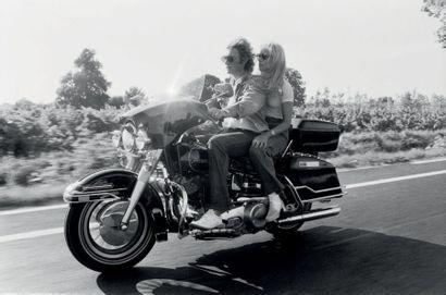 MICHEL GINFRAY (NÉ EN 1946) Johnny Hallyday et Sylvie Vartan en moto après leur spectacle...