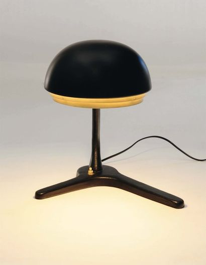 """Alvar Aalto (1898-1976) Lampe de bureau modèle """"A 704"""" Métal gainé de cuir noir...."""